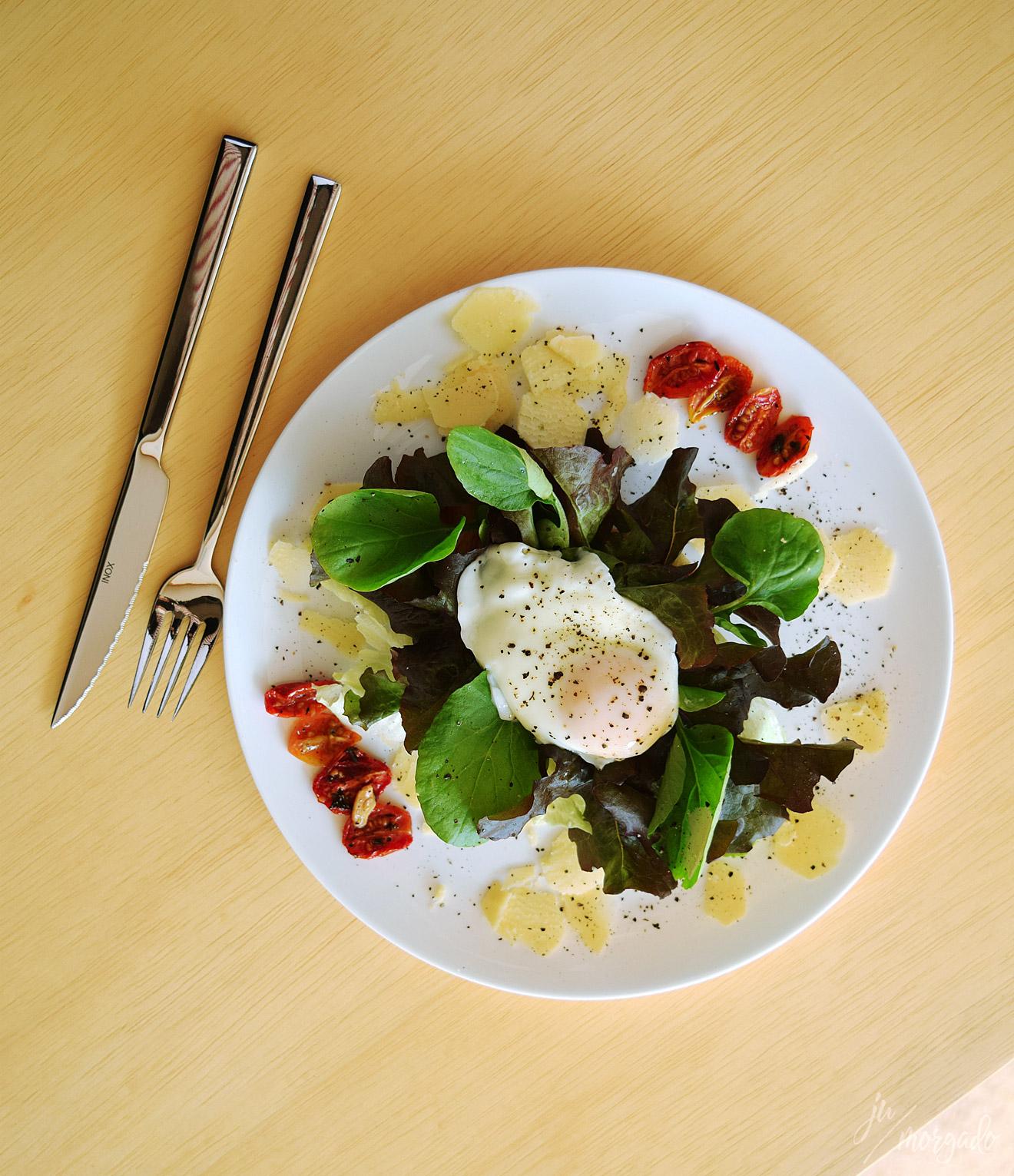 Salada com croissant e tomatinhos e ovo pochê do Melbourne