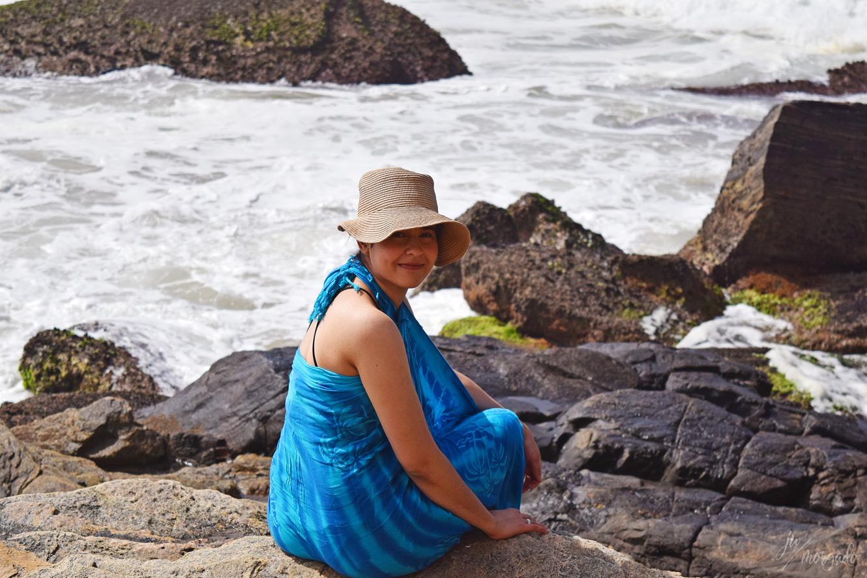 Ju Morgado nas pedras da Praia de Geribá, em Búzios