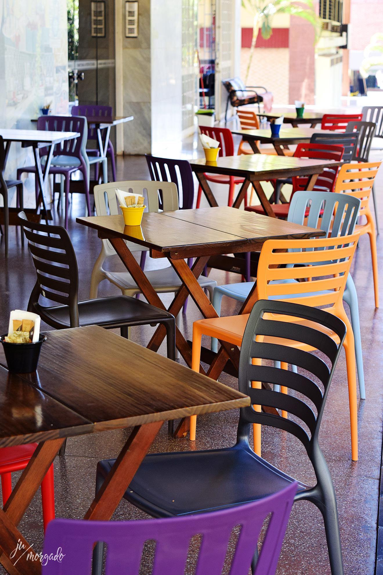 Cadeiras coloridas do Los Baristas