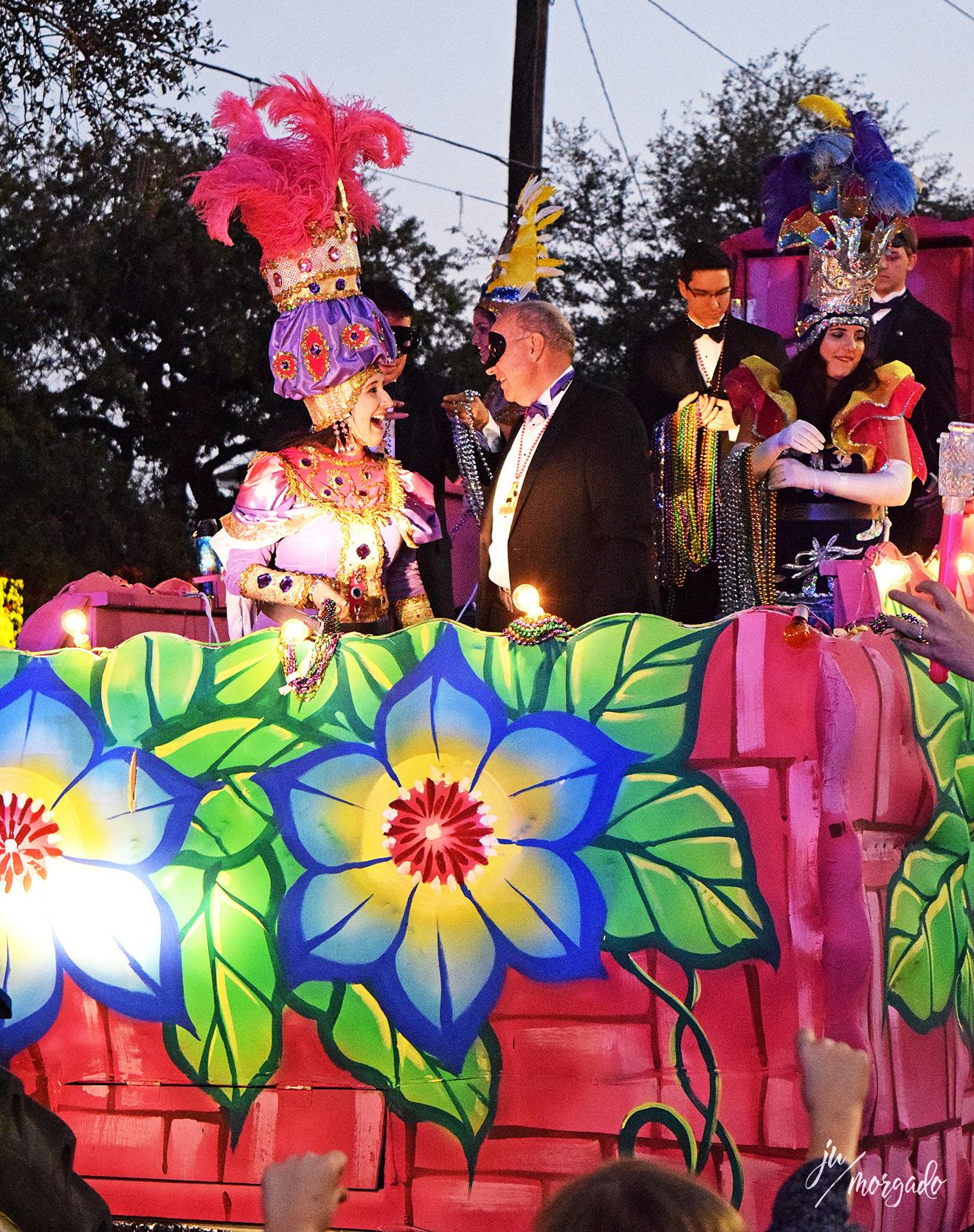 Carro de Mardi Gras em New Orleans com pessoas fantasiadas em cima.