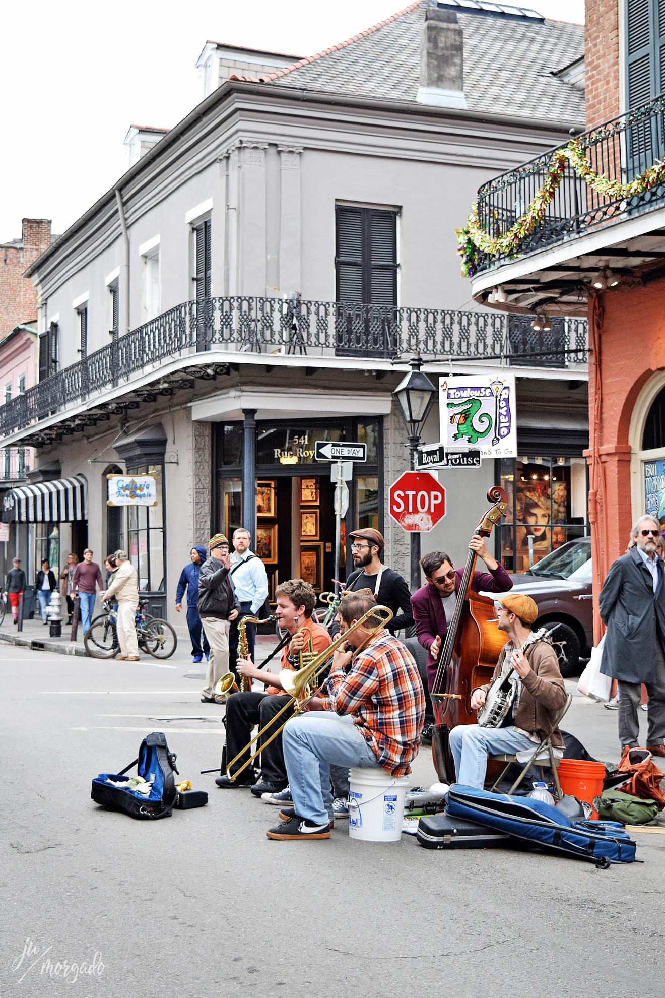 Banda tocando na rua de New Orleans.
