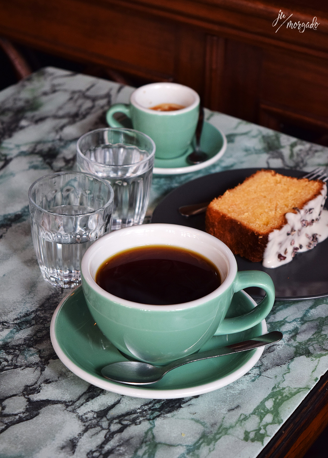 V60 e espresso com bolo de laranja e chocolate do La Farmacia