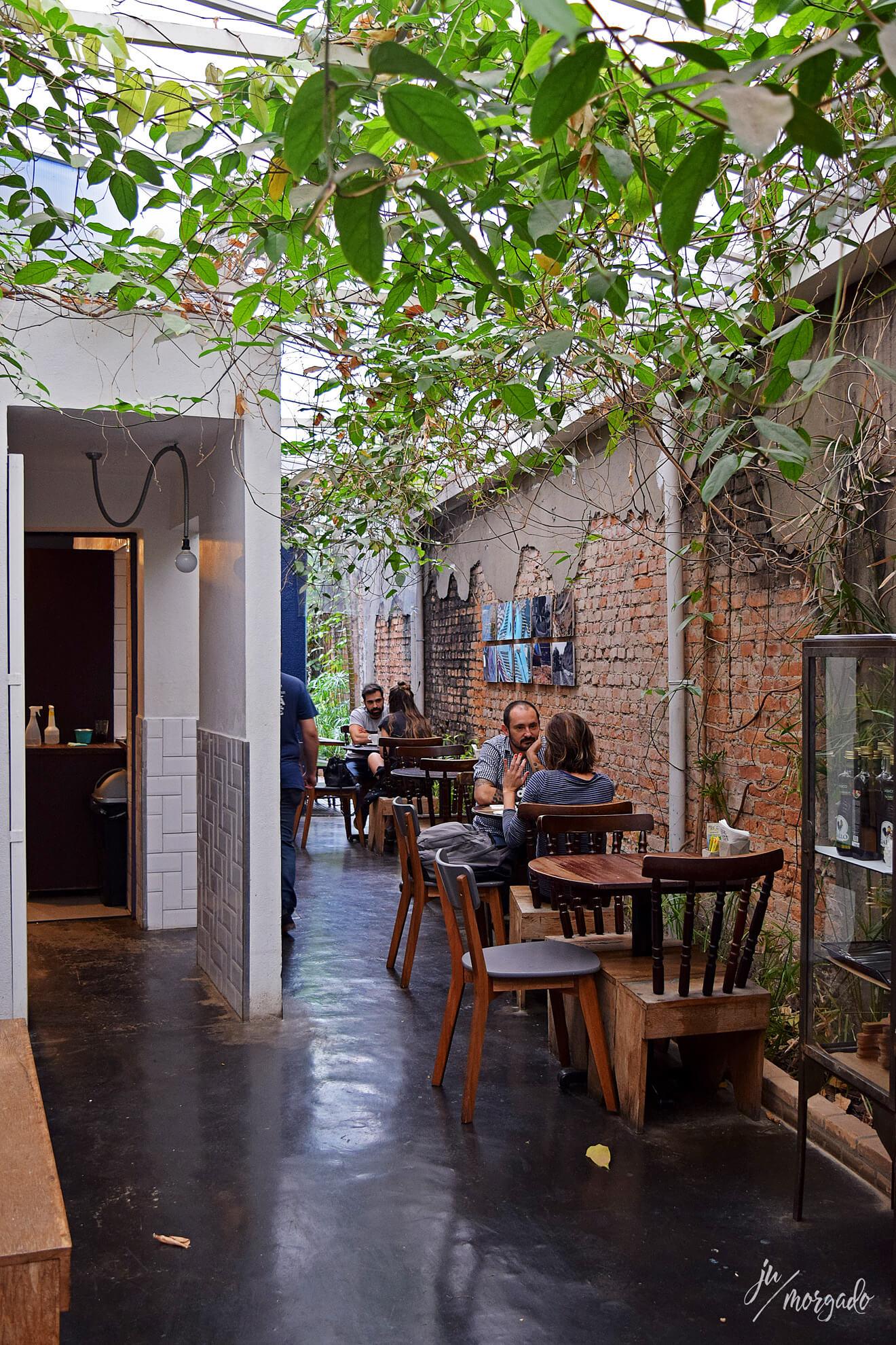 Ambiente interno mas coberto do Sofá Café, em São Paulo.