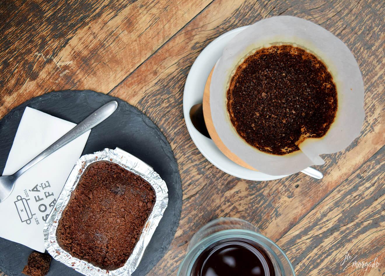 V60 coado na mesa e bolo gelado de chocolate no Sofá Café em São Paulo.