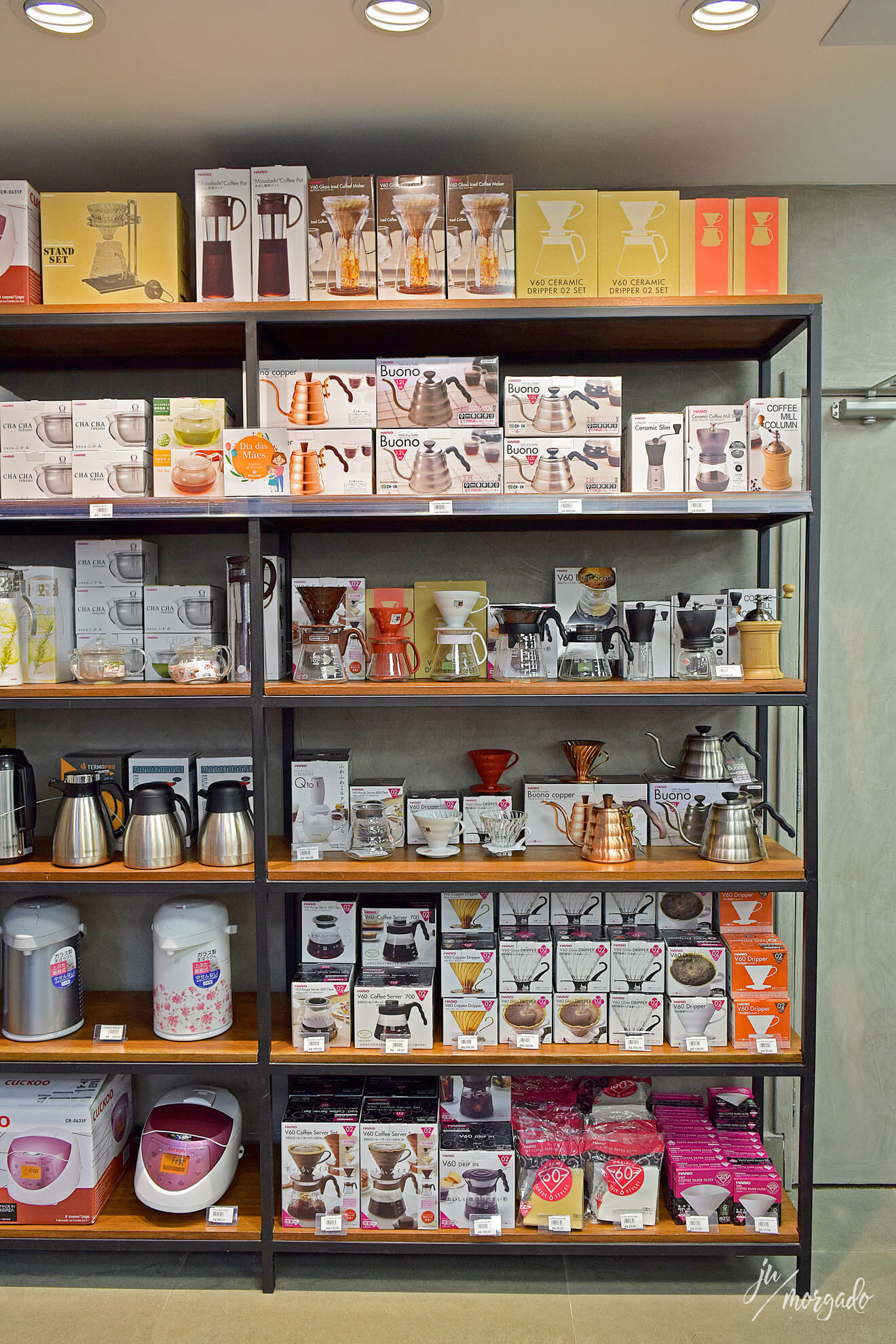 Prateleira só de produtos de café na Maruso em São Paulo.