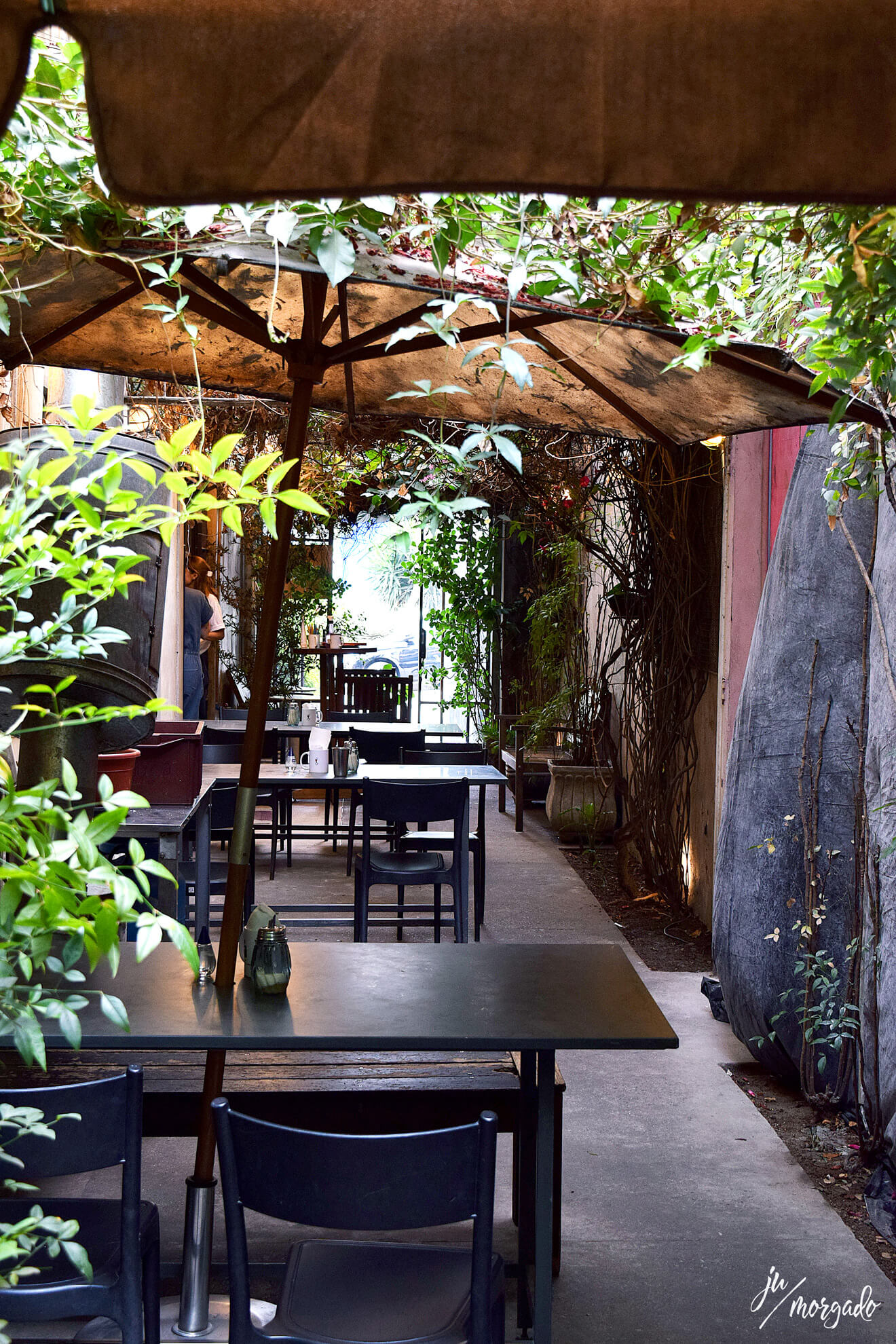 Ambiente externo mas coberto do Coffee Lab da Raposeiras em São Paulo.