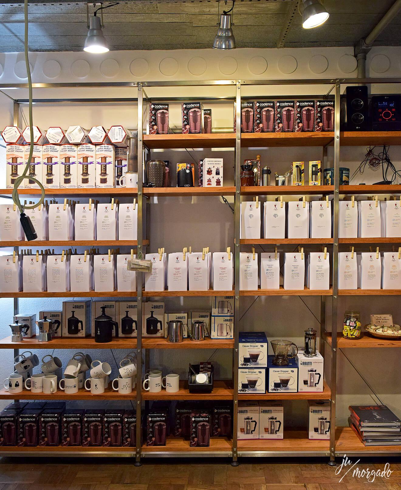 Vendinha de produtos do Coffee Lab da Raposeiras em São Paulo.
