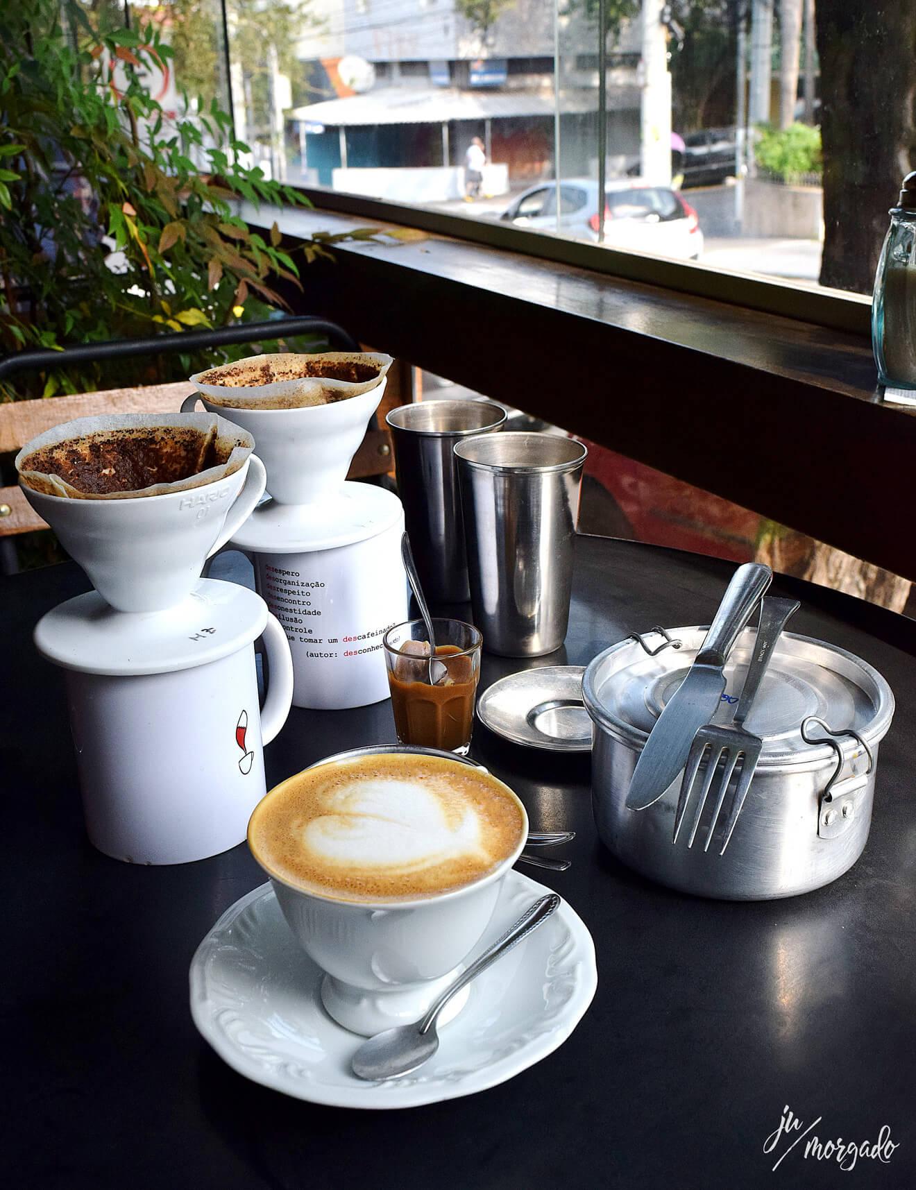 V60, cappuccino, brigadeiro de café e panelinha com bolo de café gelado.